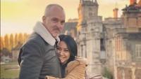 <p>Romantis banget ya mereka, Bun. Anggun nampak memeluk erat suaminya. (Foto: Instagram @anggun_cipta)</p>