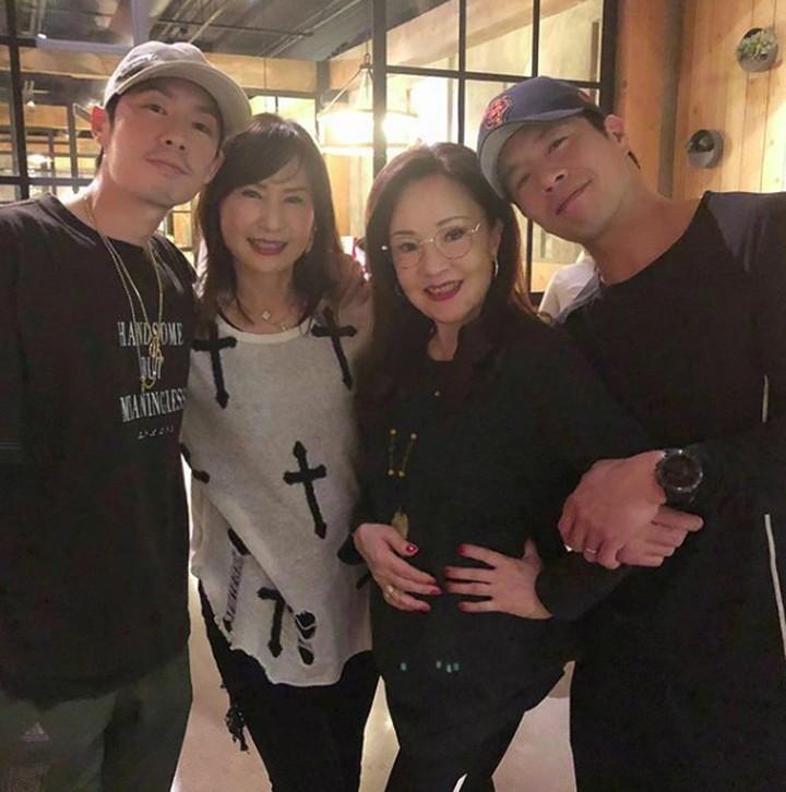 Masih ingatkah Bunda dengan geng F4 dari drama Meteor Garden? Berikut foto salah satu personelnya, Vannes Wu, bareng ibunda tercinta.