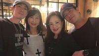 <p>Paraibu dan anak-anaknya nongkrongbareng? Seru juga lho. (Foto: Instagram/mimiyang2455)</p>