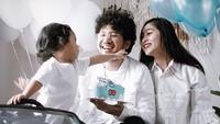 """<p>Saat merayakan ulang tahun Badha yang kedua.<a href=""""https://20.detik.com/e-flash/20181116-181116088/kunto-aji-bakal-gelar-konser-di-akhir-tahun"""" target=""""_blank"""">Kunto Aji</a> dan istrinya memberikan Badha kado mobil mini nih. (Foto: Instagram @peonyandherself)</p>"""