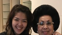 <p>Tina dan Oma, mengenakan baju serba hitam nih. Kalau senyum gini, mirip nggak, Bun? (Foto: Instagram @ tinatoon101)</p>