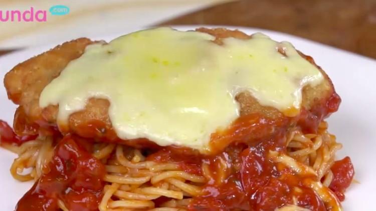 Bayangkan kelezatan ayam bertabur keju Mozerella yang meleleh di atasnya, dimakan bersama pasta yang lezat. Nyam!