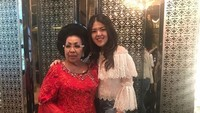 <p>Lagi dimana ya mereka? Tina dan Oma, nggak ketinggalan untuk mengabadikan kebersamaan mereka. (Foto: Instagram @ tinatoon101)</p>