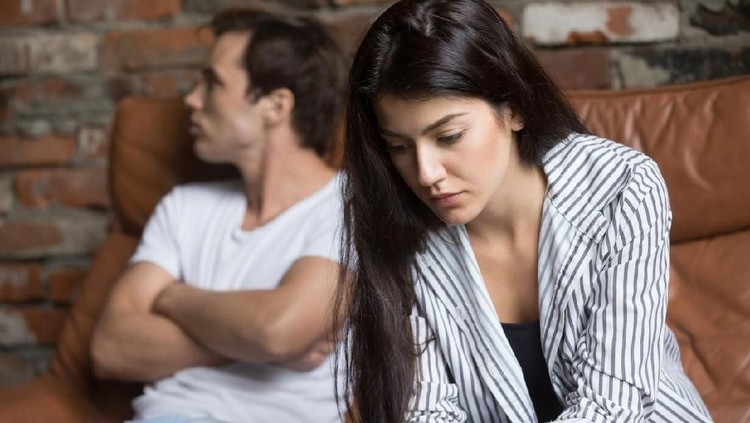 Mengatasi pertengkaran atau konflik dalam rumah tangga bisa dengan berbagai cara, Bun. Salah satunya dengan cinta.