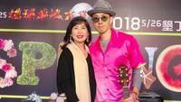<p>Meski sibuk menyanyi, bukan berati Vannes Wutak punya waktu dengan sang ibu. Manisnya saat Vaness mengajak ibunya, Mim Yao, ke salah satu acara di mana Vaness menjadi pengisi acaranya. (Foto: Instagram/mimiyang2455)</p>