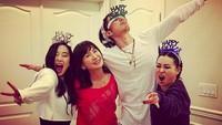 <p>Satu keluarga kompak! Lihat aja gaya Vannes bersama ibu dan saudara perempuannya. (Foto: Instagram/mimiyang2455)</p>