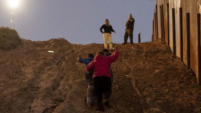 Militer Amerika Serikat akan membangun kamp di dekat perbatasan dengan Meksiko untuk menampung sementara imigran yang tak terdaftar.