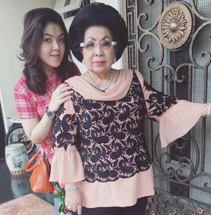 Mantan penyanyi cilik, Tina Toon sangat dekat dengan omanya. Intip yuk, 7 momen kebersamaan Tina bersama nenek tercinta.