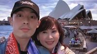 <p>Tak cuma saat bekerja, Vannes Wu juga menghabiskan waktu bareng ibunya dengan liburan bareng. Sosweetbanget! (Foto: Instagram/mimiyang2455)</p>