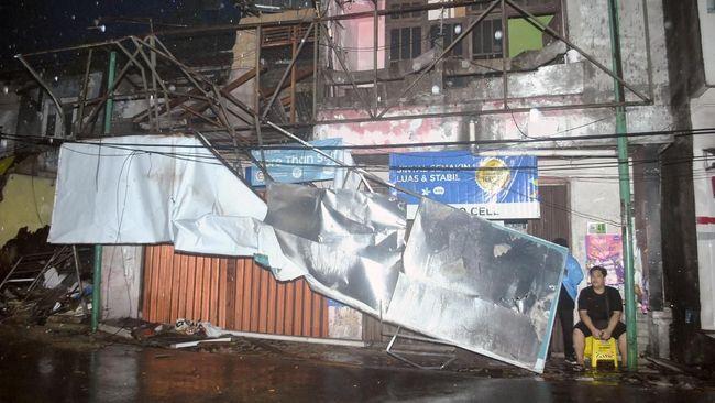 Sekitar 263 rumah di Cirebon rusak akibat diterjang angin puting beliung yang terjadi pada Sabtu (2/12) sore kemarin.
