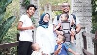 """<p>Bersama si kecil Bumi, Abi, Aliy dan Aga,<a href=""""https://hot.detik.com/music/d-3005985/enno-lerian-nikmati-akhir-pekan-dengan-suami-dan-anak-tercinta"""" target=""""_blank"""">Enno Lerian</a> berwisata bareng. (Foto: Instagram @ennolerian_)</p>"""