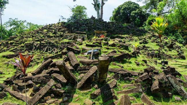 Situs Gunung Padang digadang-gadang sebagai salah situs tertua di dunia semasa dengan situs Göbekli Tepe di Turki.