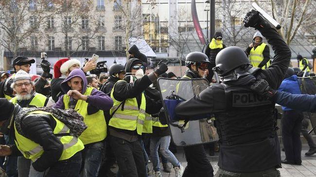 Demonstrasi tolak kenaikan harga BBM di Iran menewaskan warga sampai bentrok massa Rompi Kuning di Prancis.