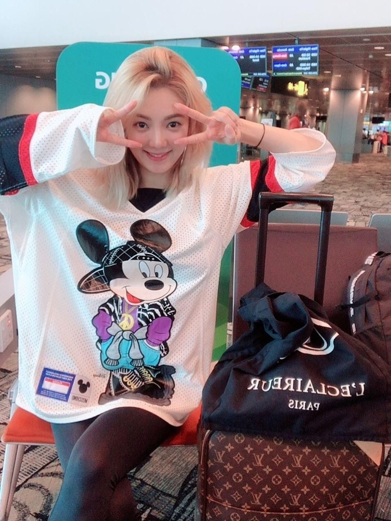 Penampilan Hyoyeon ketika berada di bandara. Ia mengenakan pakaian dengan gambar salah satu tokoh Disney, Mickey Mouse. Meski hadir tanpa riasan, perempuan kelahiran Incheon itu tetap terlihat cantik, ya.