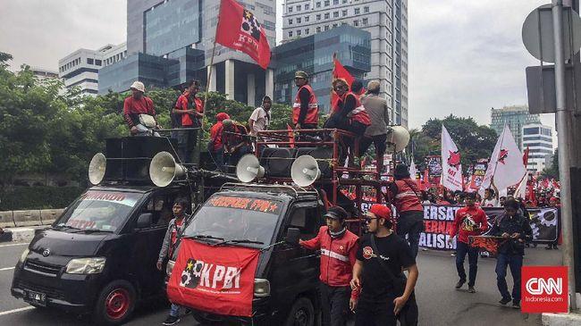 Massa Konfederasi Persatuan Buruh Indonesia berunjuk rasa di depan Istana Merdeka. Mereka menyoroti kasus korupsi dan pelanggaran HAM di era Jokowi.