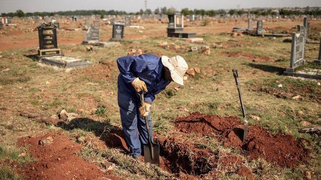 Seorang pria di Lucknow, India, menemukan seorang bayi perempuan terkubur hidup-hidup ketika menggali kuburan untuk memakamkan jasad anaknya.