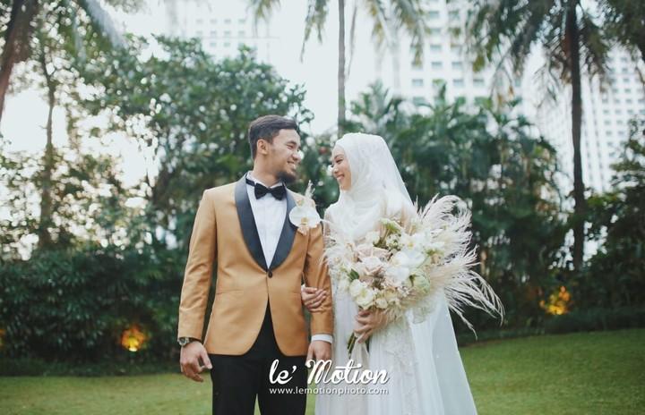 Kabar bahagia datang dari pasangan atlet wushu Hulaefi-Lindswell yang menikah pada Minggu (9/12/2018). Lihat serasinya mereka dalam balutan pakaian pengantin.