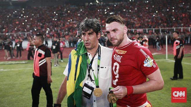 Manajemen Persija Jakarta baru akan memastikan masa depan pelatih Macan Kemayoran, Stefano 'Teco' Cugurra pekan depan.