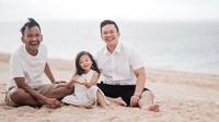 <p>Serunya mereka saat bermain pasir di pantai. Kompak benget ya papa, paman dan Thalia pakai baju putih semuanya ( Foto: Instagram @ jordionsu)</p>