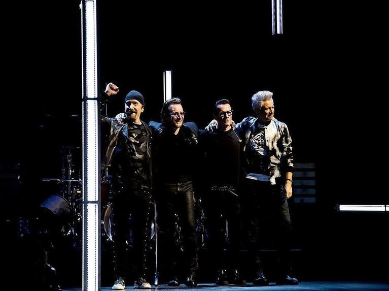 U2. Grup musik asal Irlandia ini berhasil berada di puncak musisi dengan bayaran termahal. Forbes mencatat U2 memiliki bayaran sebesar Rp1,7 triliun. Meski sudah lebih dari 40 tahun bermusik, U2 mampu membuktikan masih bisa bersanding dengan musisi muda lainnya.