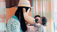 <p>Paman Jordi dan Thalia berfoto bersama Goofy nih. Sampai Thalia terkesima melihat hidung Goofy. ( Foto: Instagram @ jordionsu)</p>