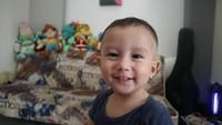<p>Manis banget senyum bocah dua tahun ini. Kira-kira mirip Ayah Fandy atau Bunda Dahlia ya? (Foto: Instagram @dahliachr)</p>