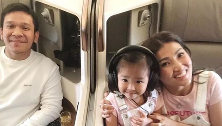 <p>Jordi Onsu bepergian bersama keluarga kakaknya. Jangan lupa, wefie dulu bareng si cantik Thalia yang sednag mengenakan earmuff. ( Foto: Instagram @ jordionsu)</p>