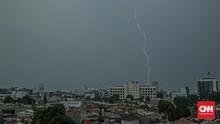 Waspada Hujan Disertai Petir Guyur Jakarta di Akhir Pekan