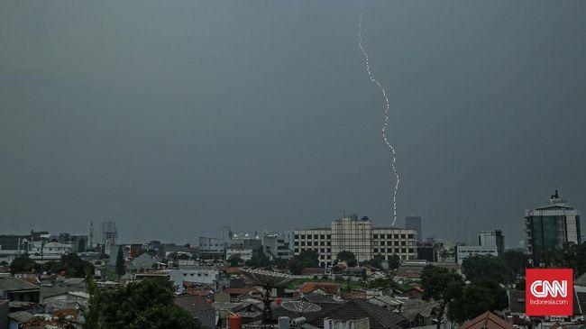 BMKG mewaspadai potensi hujan disertai kilat/petir dan angin kecang di Jakarta Selatan dan Jakarta Timur, pada Sabtu (19/6) sore hingga menjelang malam hari.