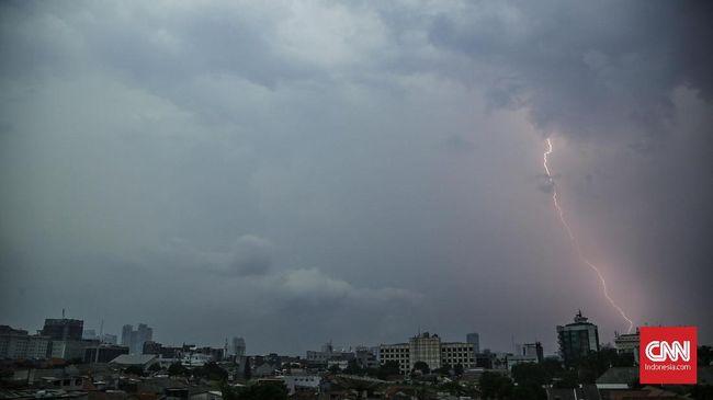 BMKG menyebut wilayah Jakarta Selatan, Barat, dan Timur berpotensi dilanda hujan disertai petir dan angin kencang hari ini.