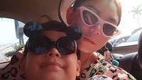 """<p>Lucu banget sih, gaya kaca mata<a href=""""https://hot.detik.com/celeb/4003540/bawa-anak-ke-lokasi-syuting-thalita-latief-tak-merasa-ribet"""" target=""""_blank"""">Thalita</a> dan Rafello, benar-benar kompak ya ibu dan anak satu ini. (Foto: Instagram @thalitalatief) </p>"""