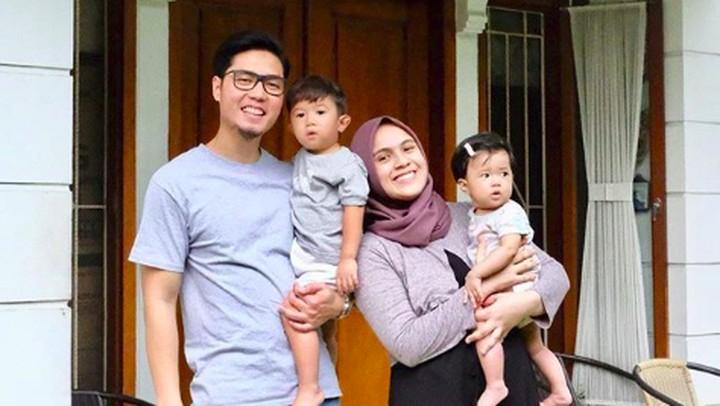 <p>Pasangan Rizky Triyantono atau yang dikenal Kinos dan Nycta Gina menikah pada Agustus 2015, dan dikaruniai sepasang buah hati yang biasa dipanggil Uta dan Uti. (Foto: Instagram/missnyctagina)</p>