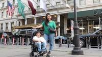<p>Ini momen ketika Thalita dan anaknya di New York. Wah, Rafello nyaman banget duduk di stroller he-he-he. (Foto: Instagram @thalitalatief)</p>