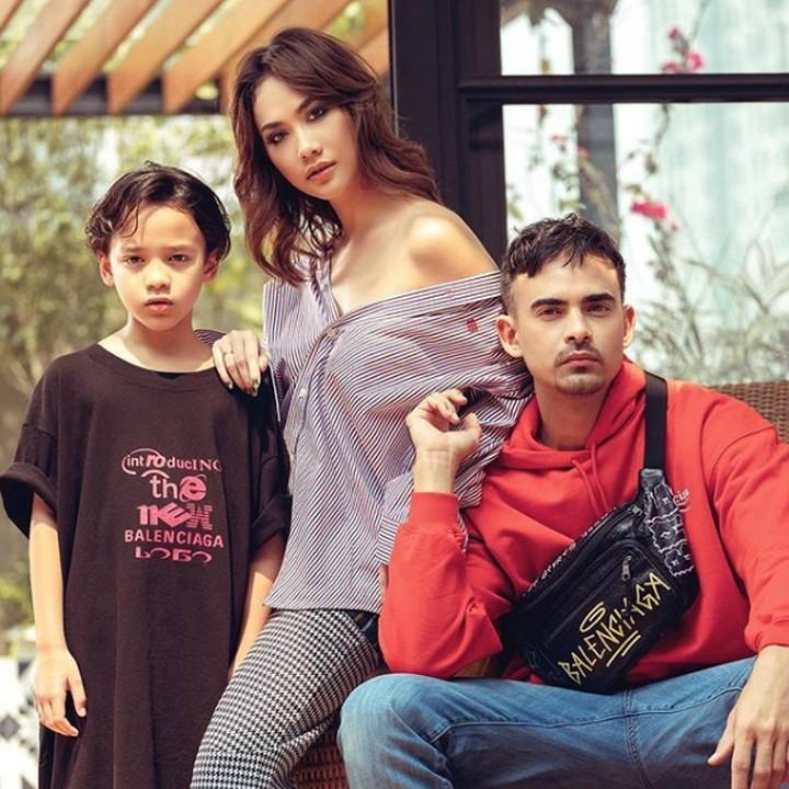 Bunga Citra Lestari, Ashraf Sinclair, dan anak mereka, Noah sering berpose dengan gaya-gaya yang unik. Intip keseruan mereka yuk.