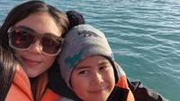 <p>Lagi apa tuh Thalita dan Rafello di laut? Hati-hati lho. (Foto: Instagram @thalitalatief)</p>