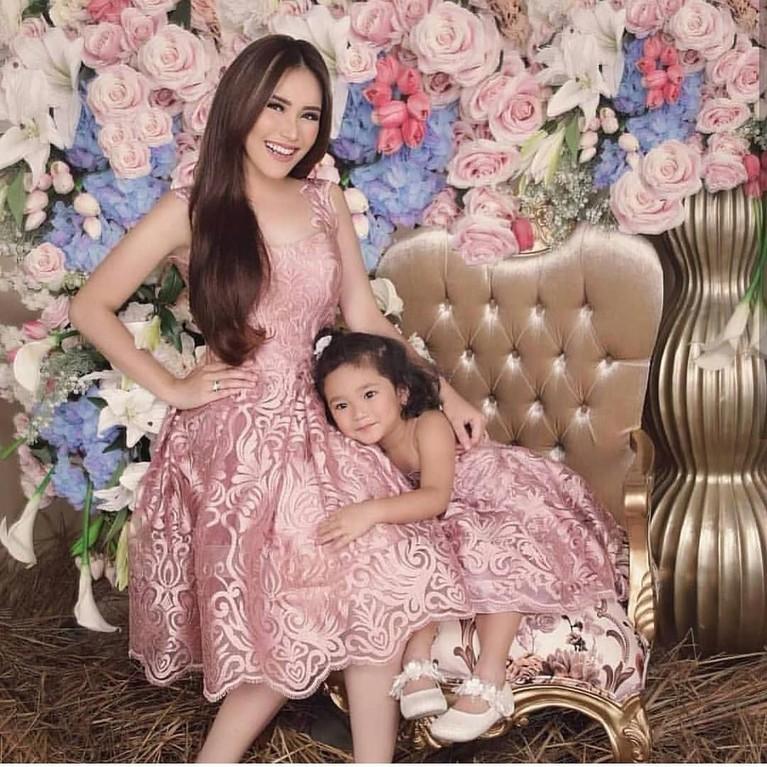 Dari pernikahannya yang kandas dengan Enji beberapa tahun silam, Ayu Ting Ting dikaruniai seorang putri cantik, Bilqis Khumairah Razak.
