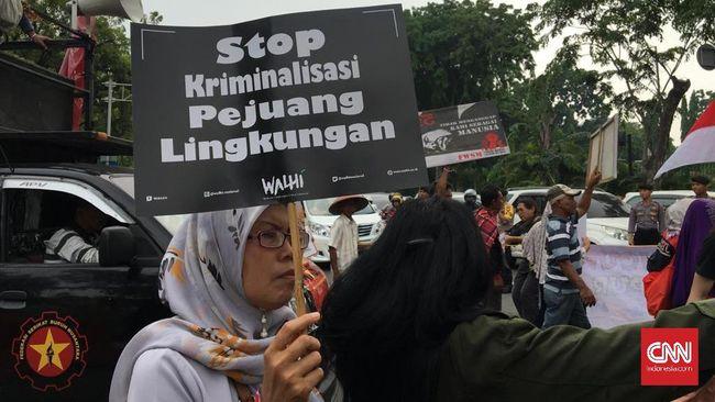 Ratusan orang dari Walhi dan masyarakat daerah mendemo Presiden Jokowi atas maraknya pelanggaran HAM dan kriminalisasi terhadap pejuang lingkungan.