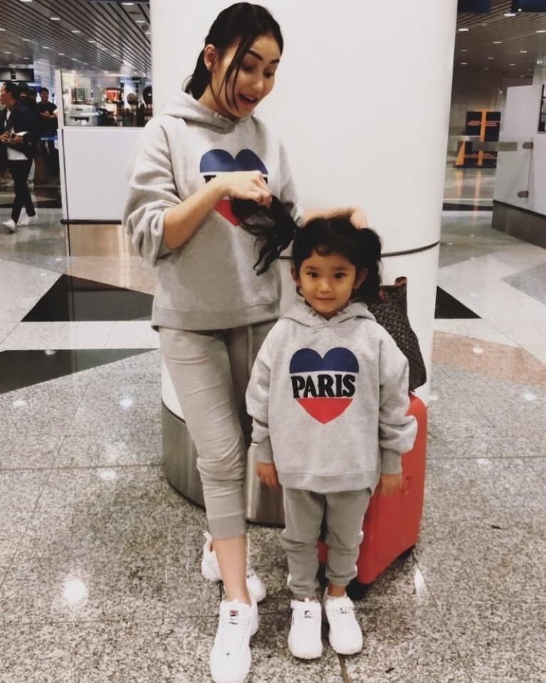 Sebagai single parent, Ayu kerap berpenampilan seru dengan pakaian 'kembar' dengan buah hati semata wayangnya.