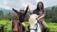 <p>Wah seru banget nih, Rafello dan Bunda berkuda. Hati-hati jatuh ya. (Foto: Instagram @thalitalatief)</p>