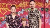 "<p>Kompak banget ya<a href=""https://hot.detik.com/celeb/d-4307505/duh-netizen-protes-baju-bunga-citra-lestari-dan-body-shaming?_ga="" target=""_blank""> BCL</a> () dan keluarga dalam balutan busana batik. (Foto: Instagram @bclsinclair) </p>"