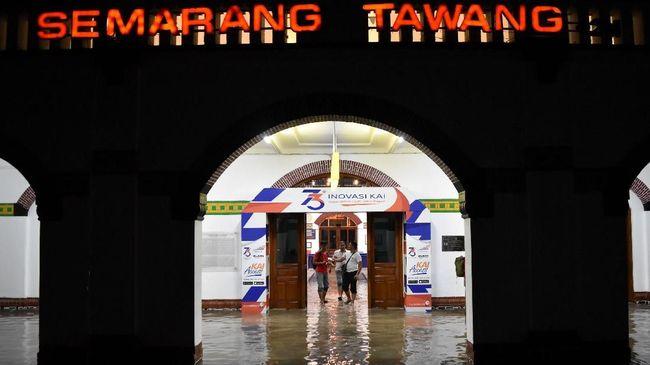 Stasiun Tawang lumpuh karena tergenang banjir akibat hujan deras hampir sepuluh jam di Kota Semarang hingga Sabtu (5/2).