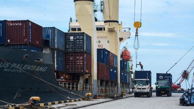 Pemerintah akan membuat jaringan pelabuhan terpadu dan terintegrasi di tujuh pelabuhan di Indonesia untuk mengurangi dominasi Singapura sebagai hub.