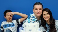 <p>Merayakan ulang tahun penikahan yang ke-17,<a href=