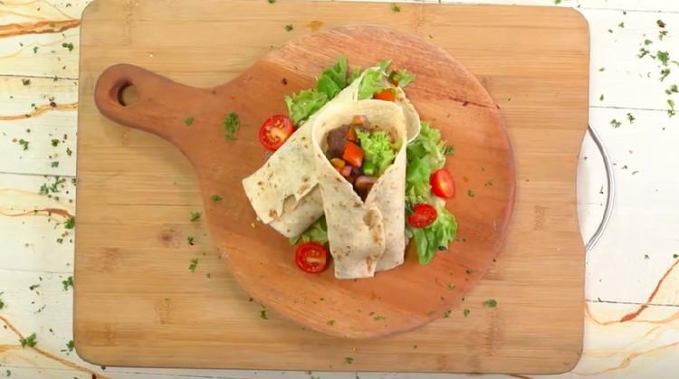 Sate maranggi yang ternama dari Purwakarta bisa Bunda variasikan menjadi bentuk kebab. Simak cara membuatnya ya, Bunda!