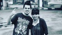 <p>Wow, rock and roll banget nih gayanya Kevin Julio dan Bunda Nancy. (Foto: Instagram @nancykeju)</p>