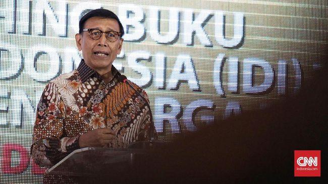 Video dan foto saat Wiranto akan ditusuk di Alun-alun Menes, Pandeglang, Banten tersebar di internet.