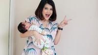 <p>Keseruan Tania Putri saat menghabiskan waktu bareng si keci. (Foto: Instagram @ taniaputri1707) </p>