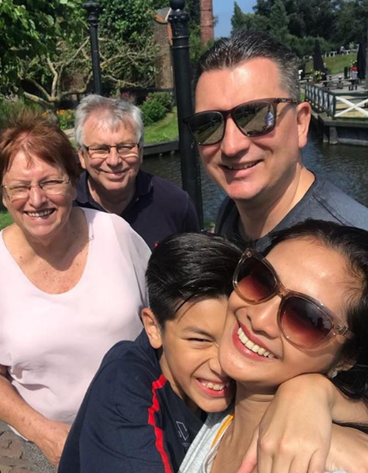 <p>Berlibur ke Belanda, nggak lupa untuk mengabadikan foto bersama kakek dan nenek Eddy Meijer. (Foto: Instagram @ maudykoesnaedi)</p>