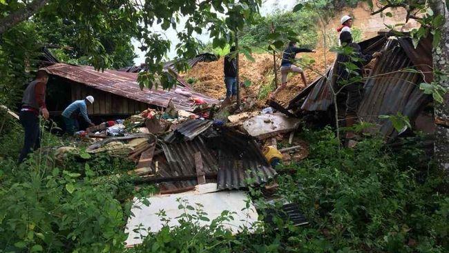 Tim SAR Kabupaten Sukabumi kembali melakukan upaya evakuasi korban longsor yang terjadi di Desa Sirnaresmi, Cisolok, Sukabumi, pada Selasa (1/1) pagi.