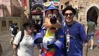 <p>Keren banget! Kevin dan Bunda Nancy foto bareng salah satu karakter disney di Tokyo DisneySea. (Foto: Instagram @kevinjulio1993)</p>